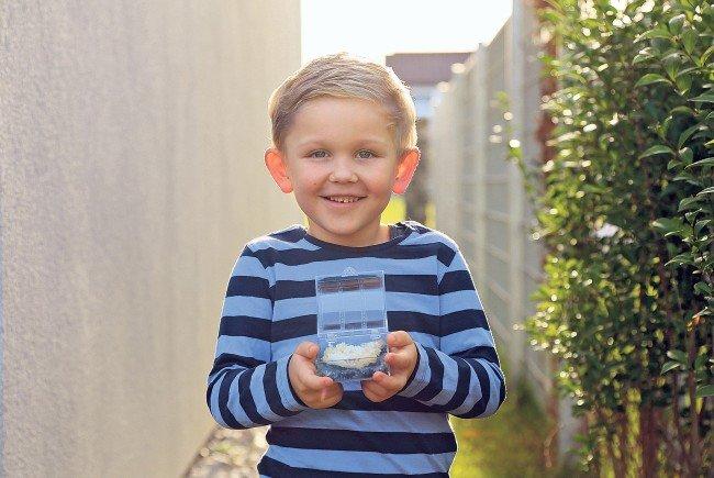 Stolz präsentiert Jason Durell seine selbst hergestellten Kristalle in einer Plastik-Truhe.