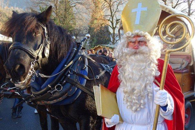 Um 13.30 Uhr kommt der Nikolaus mit einem großen Sack voller Geschenke auf den Schlossplatz.
