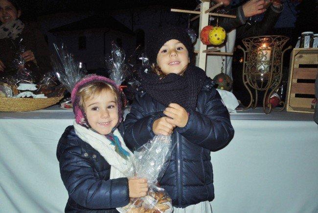 Elisa und Emma deckten sich auf dem Adventmarkt schon einmal mit Keksen für die Weihnachtszeit ein.