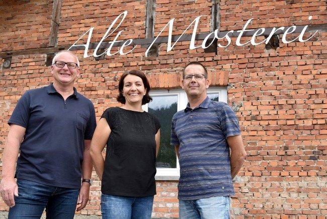 Bringen künftig neues und vor allem köstliches Leben in die Alte Mosterei in Kennelbach - Weinmax Markus Sutterlüti mit Bettina Schwarz und Jürgen Burger von der Feinkosterei.