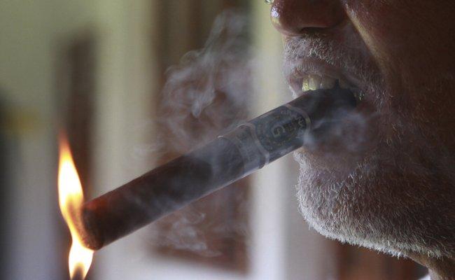 Der Beklagte muss sich jetzt beim Rauchen auf bestimmte Zeiten beschränken (Symbolbild).