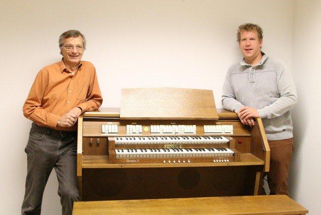 Dir. Christian Mathis und Klaus Moser mit der elektronischen Orgel
