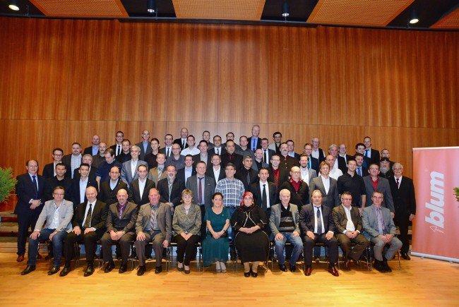 Bei Blum ist man stolz auf treue Mitarbeiterinnen und Mitarbeiter: 74 konnten diesmal für ihren langjährigen Einsatz im Unternehmen geehrt werden