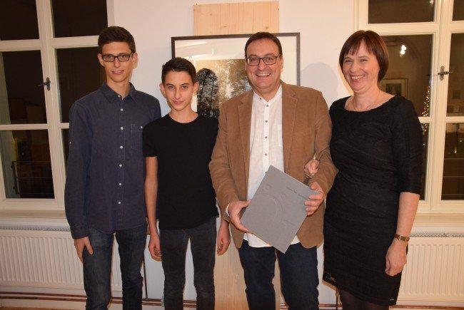 """v.l. Adrian, Luca, René Dalpra und Ingrid präsentieren das  Buch """"Zeitraum Örfla"""""""