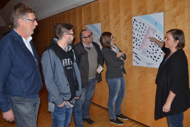 """Geli Salzmann (Stadtland) erklärt Interessierten ihre Ideen zur """"Siedlig""""-Verbauung."""