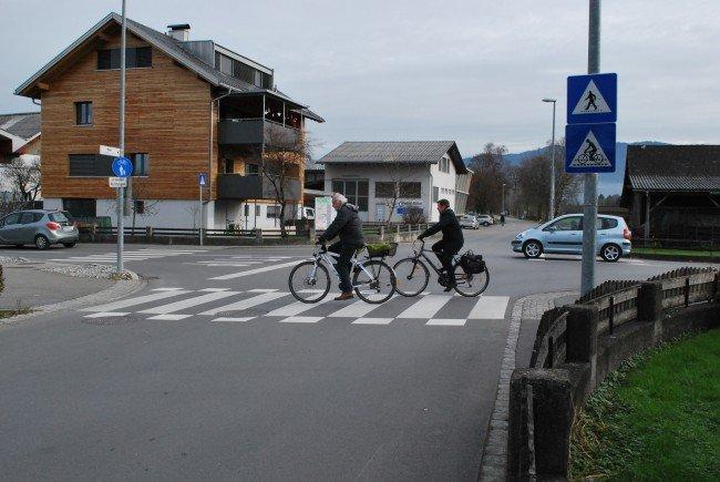 Die beidseitige Blockmarkierung für Radler wurde angebracht und die Hinweistafeln für Autofahrer auf querende Fußgänger und Radfahrer aufgestellt.