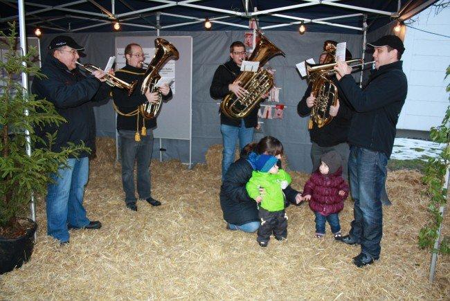 Mit vorweihnachtlichen Klängen stimmt das Bläserensemble des MV Concordia Lustenau die Besucher auf den Advent ein.