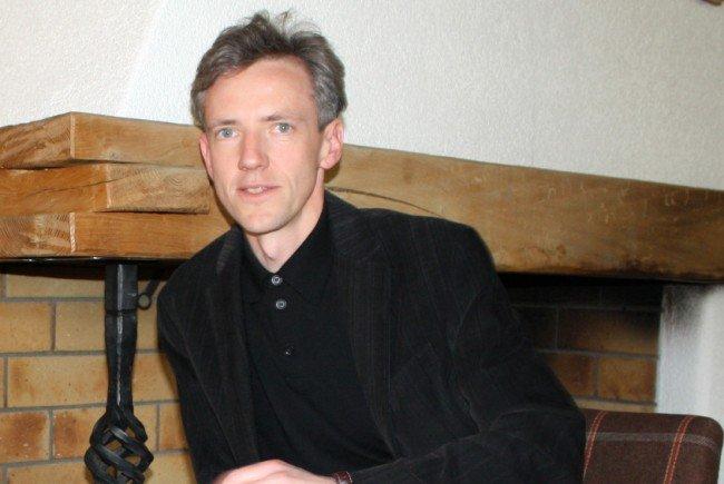"""Gotthard Bilgeri liest Texte von Franz Michael Felder im """"Krone""""-Kaminzimmer."""