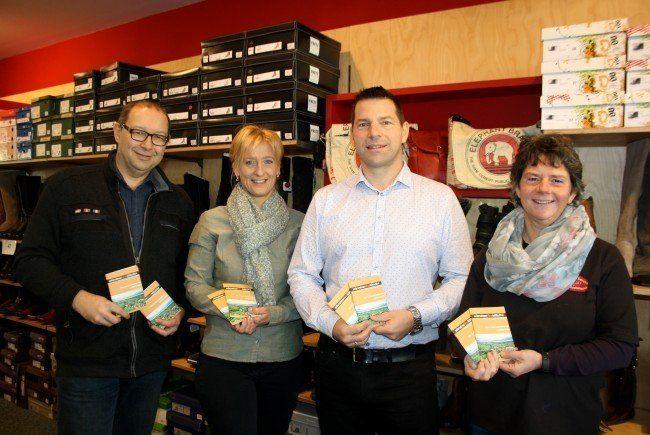 Der Vorstand der Unternehmerbörse Leiblachtal mit Bürgermeister Wolfgang Langes (Hohenweiler), Bianca Igl (JB IGL-Web) und Obmann Joachim Igl (JB IGL-Web) präsentiert die neue Broschüre zusammen mit Monika Engelhart (rechts) im Schuhgeschäft Engelhart in Hörbranz.