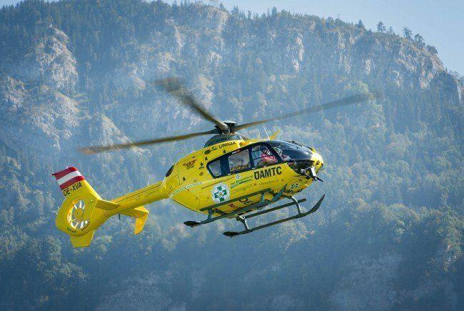 Da die Brandstelle nicht über die Straße zu erreichen war, war auch die Bergrettung samt Hubschrauber im Einsatz.
