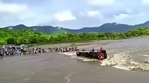 Dramatische Bilder aus Peru: Bus kippt in reißenden Fluss