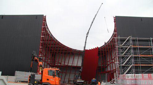 Neue Messehallen im Zeitplan: Ellipsenportal nimmt Form an