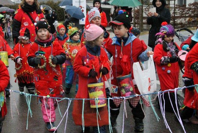 Hunderte Kinder trotz Regenwetter auf dem Jubiläumszug