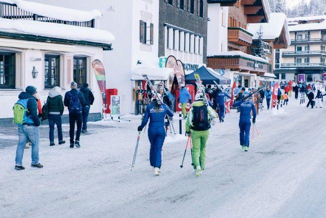 Mit der Sportausrüstung im Ortskern sieht man in Vorarlberg auch in der Nacht unproblematisch.