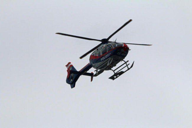 """Der Polizeihubschrauber """"Libelle"""" flog die beiden Wintersportler nach Gargellen."""