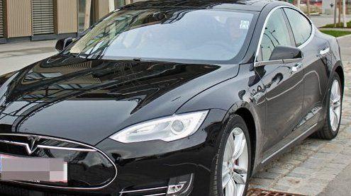 Dieser Tesla-Fahrer wurdezum Helden: So sieht er aus
