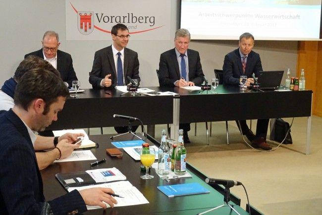 Landeshauptmann Markus Wallner und Landesrat Erich Schwärzler erläuterten zusammen mit Abteilungsvorstand Thomas Blank die wasserwirtschaftlichen Projektschwerpunkte 2017 in Vorarlberg.