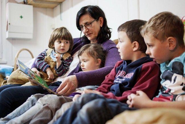 """Die neuen Ausbildungsmodule für Kinderbetreuung sind in Vorarlberg bereits gut angenommen. 15 Frauen haben das erste Spezialisierungsmodul """"Tageseltern"""" abgeschlossen. Eine von ihnen ist die Tagesmutter Maria Plank aus Bezau."""