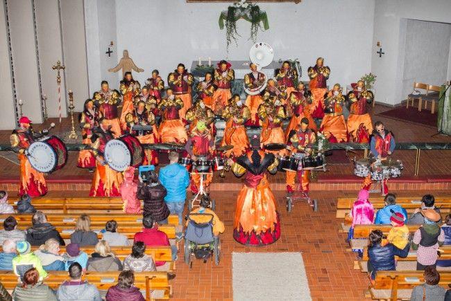 Die Guggamusik Moltaschorri spielten bei der Faschingsmesse in Vandans auf.