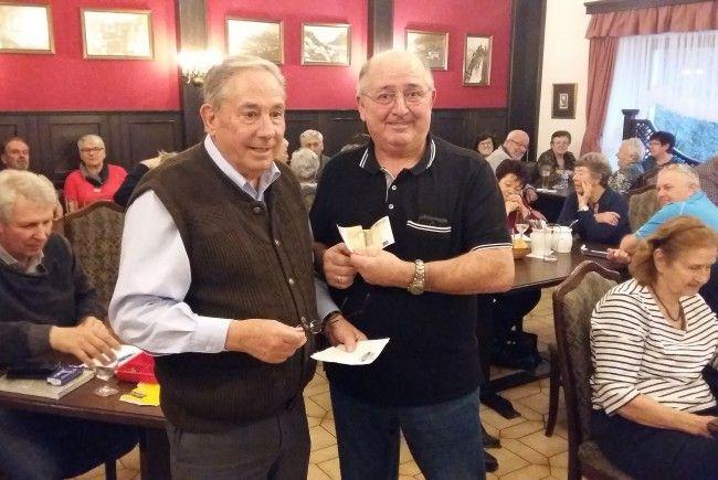 Augusto Clerici (rechts) ist der glückliche  Gewinner des Seniorenring-Preisjassens der Oberländer Ortsgruppen