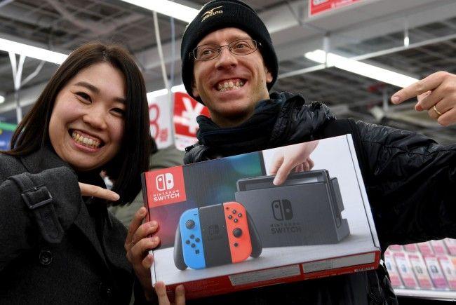 Nintendo Switch ist da –  Japaner stehen Schlange