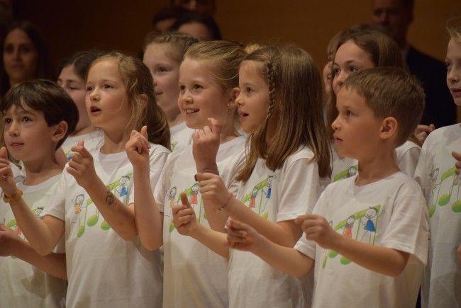 Kleine und große Sängerinnen und Sänger begeisterten beim Chorfenster in Schwarzenberg.