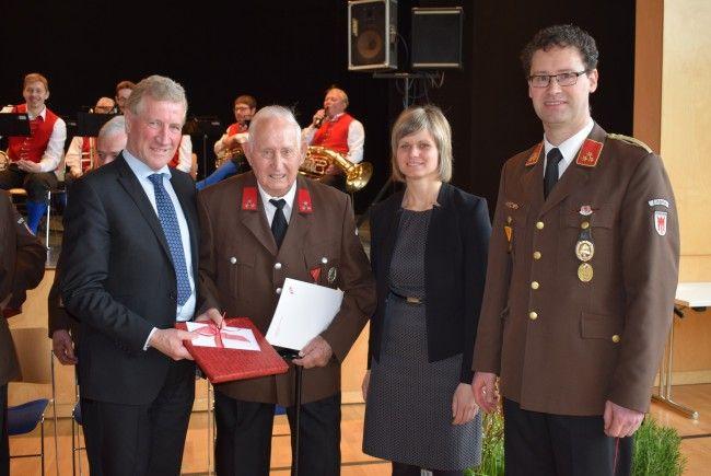 LR Erich Schwärzler, Bgm. Annette Sohler und Kdt. Reinhard Bereuter gratulierten Armin Bechter zur seltenen Auszeichnung.