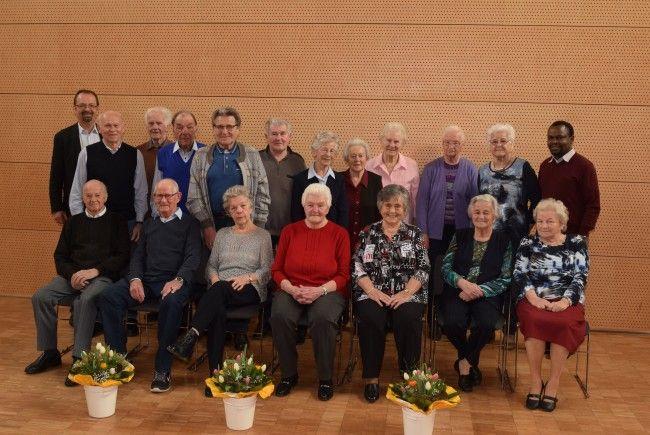 Die 17 Geburtstagsjubilarinnen und Jubilare mit Bürgermeister Siegele und Pastoralassistent Richard Langat.