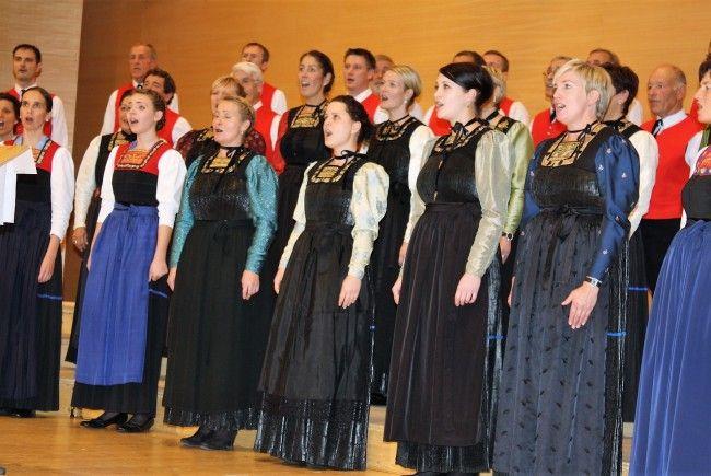 Auch die Wälder Chorgemeinschaft Egg steht auf der Bühne des Angelika-Kauffmann-Saals.