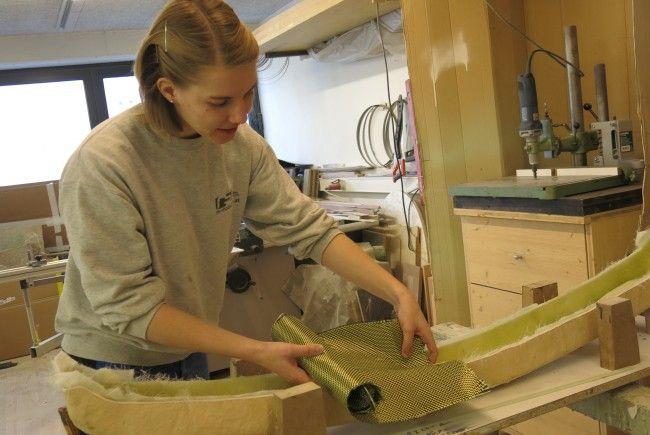 Miriam Gau fertigt das Modell für eine Stoßstange