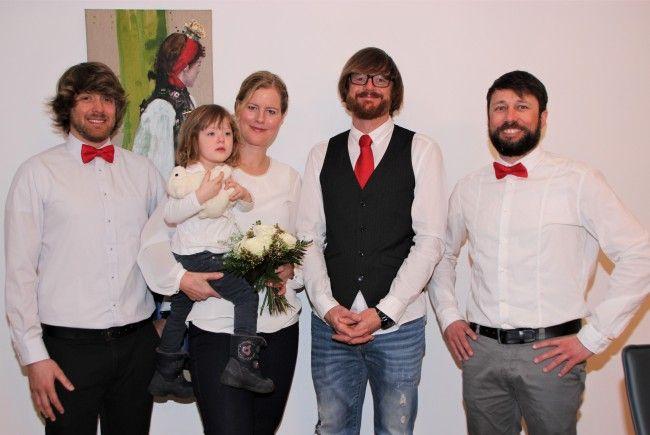 Das frisch vermählte Paar mit Töchterchen und seinen Trauzeugen.