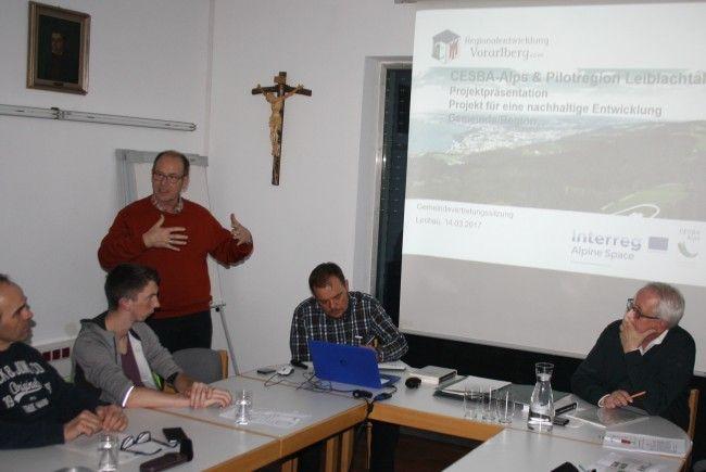"""Franz Rüf von """"Telesis"""" (Alberschwende), Koordinator im Auftrag der Regionalentwicklung Vorarlberg, stellte der Lochauer Gemeindevertretung das Projekt CESBA vor."""