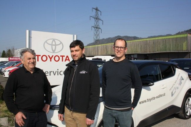 Geschäftsführer Renato Walter (Mitte) mit Firmengründer Georg Walter und Timo Walter: Seit 45 Jahren ist TOYOTA WALTER in Lochau weitum als innovatives und verlässliches Autohaus mit perfektem Kfz-Service bekannt.