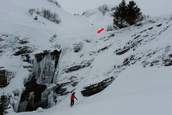 An dieser Stelle stürzte der Snowboarder ab.