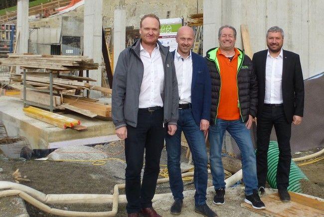 """Bgm. Guido Flatz, Andreas Meusburger und Thomas Schwärzler (Spar-Zentrale) wünschen dem """"Neuling"""" Klaus Kramer (2. vl.) alles Gute in der """"Spar-Familie""""."""