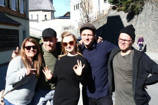 Leslie Clio mit Band und Organisatorin René Jud (li.)