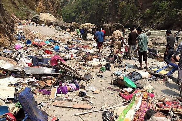 Unfälle | Bus stürzt 500 Meter tief: Mindestens 44 Tote in Indien