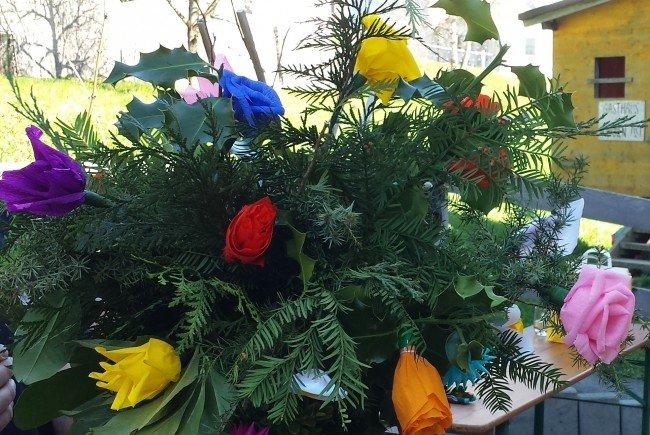 Palmen mit selbstgefertigten Krepp-Papierblumen