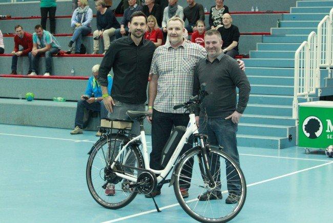 Alexander Kathrein (ALPLA HC Hard) und Firmenchef Herbert Wurm (re.) mit dem glücklichen Hauptgewinner Thomas Ratz (Mitte).