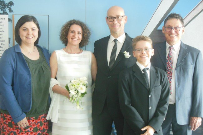 Das glückliche Paar mit Sohn Aaron und den Trauzeugen.