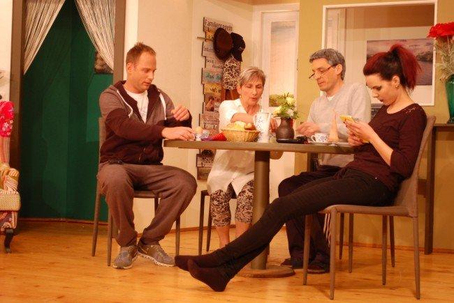 Traute Familie am Tisch – die Eltern hoffen auf den baldigen Auszug!