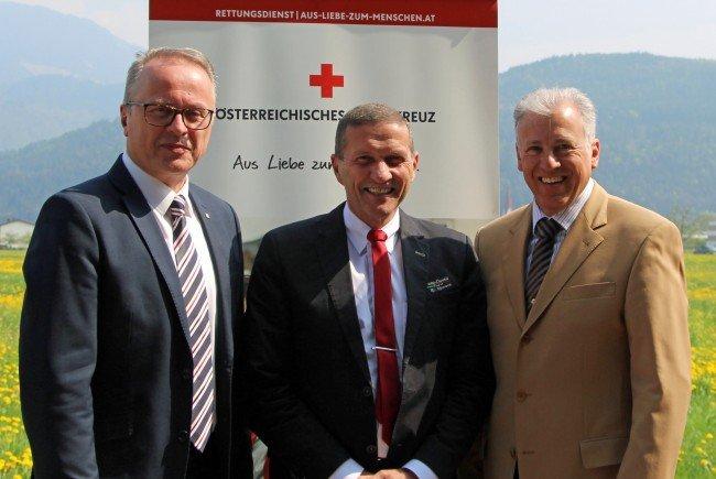 Dr. René Belz (Mitte) flankiert von den beiden Rotkreuz-Geschäftsführern Mag. Franz Rous (links) und Dir. Roland Gozzi (rechts).