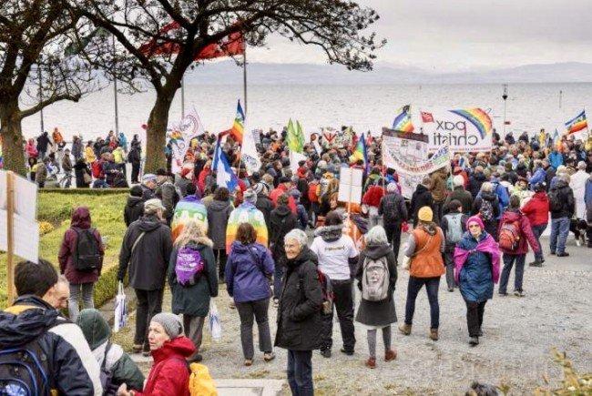 Rund 800 Leute demonstrierten am Ostermontag in Friedrichshafen für eine Kultur des Friedens.