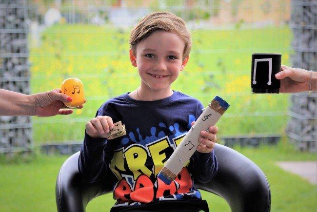 Max mit seinen selbst gebastelten Musikinstrumenten.