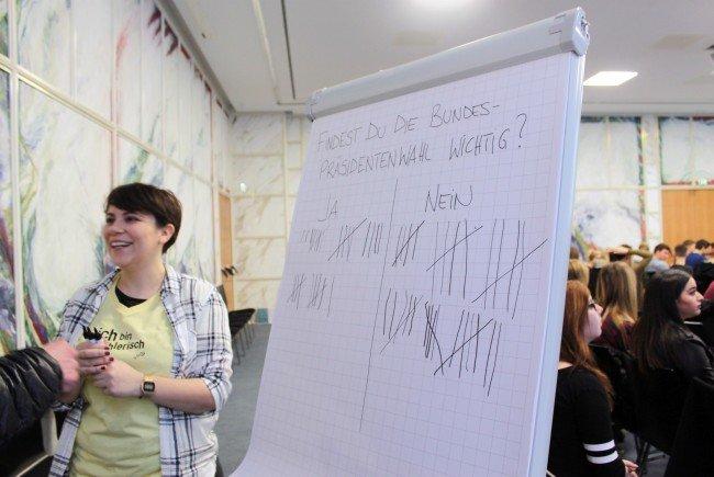 Jugendliche können ihre politischen Anliegen bei einer Mitmachaktion visualisieren.