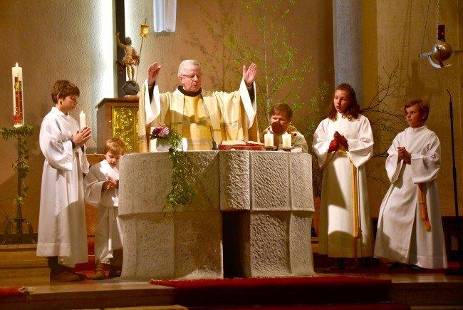 Ostergottesdienst mit Stadtpfarrer Pater Adrian und Kaplan Norbert Tscholl in der Heilig-Kreuz-Kirche in Bludenz