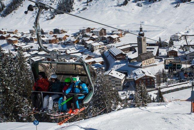 Die Polizei sucht nach einer Unfalbeteiligten und Zeugen einer Skikollision in Lech.