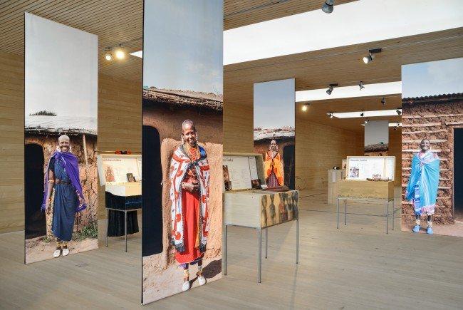 Die von Cornelia Faisst kuratierte Ausstellung ist eine baukulturelle Annäherung an das faszinierende Leben der Maasai Frauen.