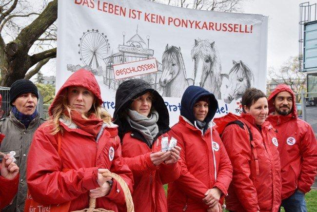 Beim Protest gegen den weiteren Einsatz der ehemaligen Ponykarussell-Pferde auf der Reitbahn