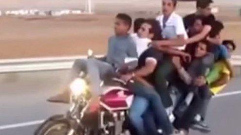Asien: Wie viele Männer passen wohl auf ein Motorrad?